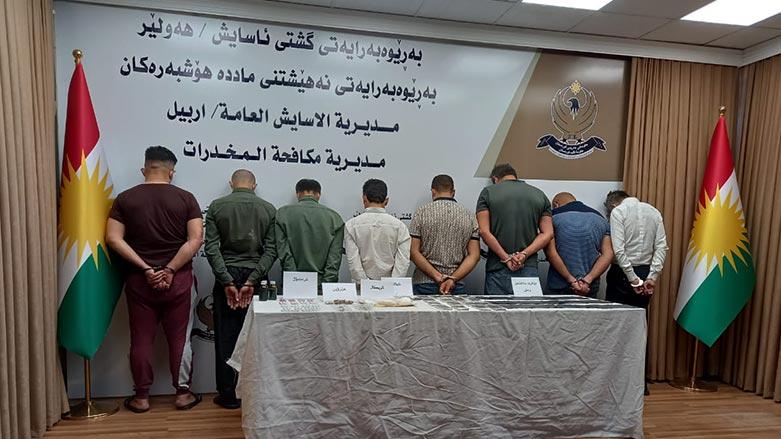 صور .. آسايش أربيل تعتقل عصابة وتضبط بحوزتها قرابة 200 الف دولار مزيف