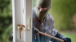 لص يوبخ أصحاب منزل بسبب قلة المسروقات