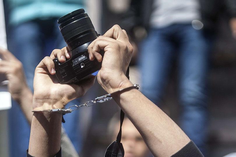 مرصد: البرلمان يفرض زيا موحدا على الصحفيين بقرار عبثي
