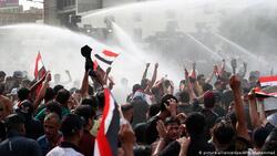 احتجاجات بغداد.. شاهد لحظة بكاء عنصر امن وخلع اخر زيه وانضمامه للمتظاهرين