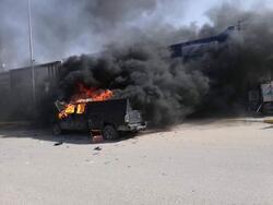 محتجون يطوقون مقر قيادة شرطة ذي قار ويضرمون النار بعجلة امنية