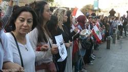 محتجون لبنانيون يمنعون دخول مواكب السيارات التي تقل النواب إلى مبنى البرلمان