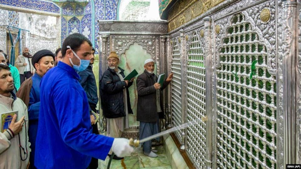 """Video: Iranians """"challenges"""" Corona by """"licking shrines"""" in Qom"""