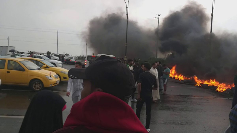 Protesters block the main streets of three Iraqi provinces