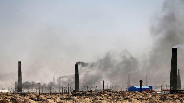 صور.. حرق القمامة ودخان المصانع يخنق العراقيين