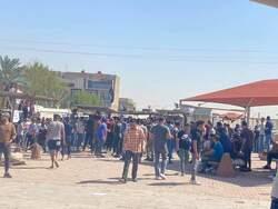 صور .. متظاهرون يغلقون وزارة في بغداد