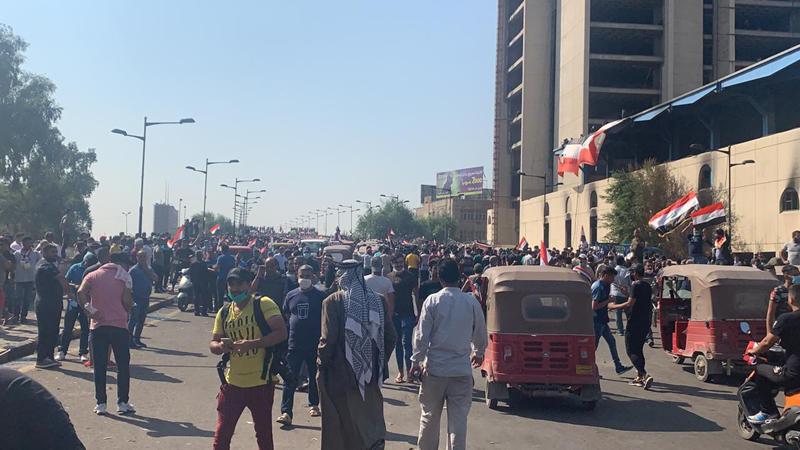 """متظاهر يكشف ما قام به """"السرايا"""" في التحرير: ضربوا صورة الامام الحسين"""