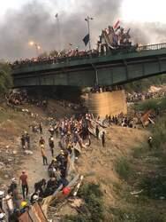 بعد تصاعد العنف ضدهم .. متظاهرو التحرير وسط بغداد ينشئون ساترا ويتحصون به