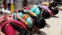 شاهد: طقوس دينية خاصة بالنساء في الهند للحصول على منفعة غريبة