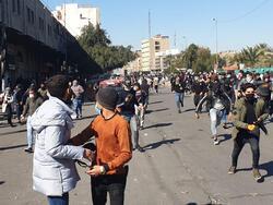 عشرات الاصابات في الناصرية وتفريق تظاهرة طلابية ببغداد بالغاز المسيل للدموع