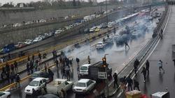 محتجون يضرمون النيران بمركز للشرطة في مدينة كرماشان الايرانية