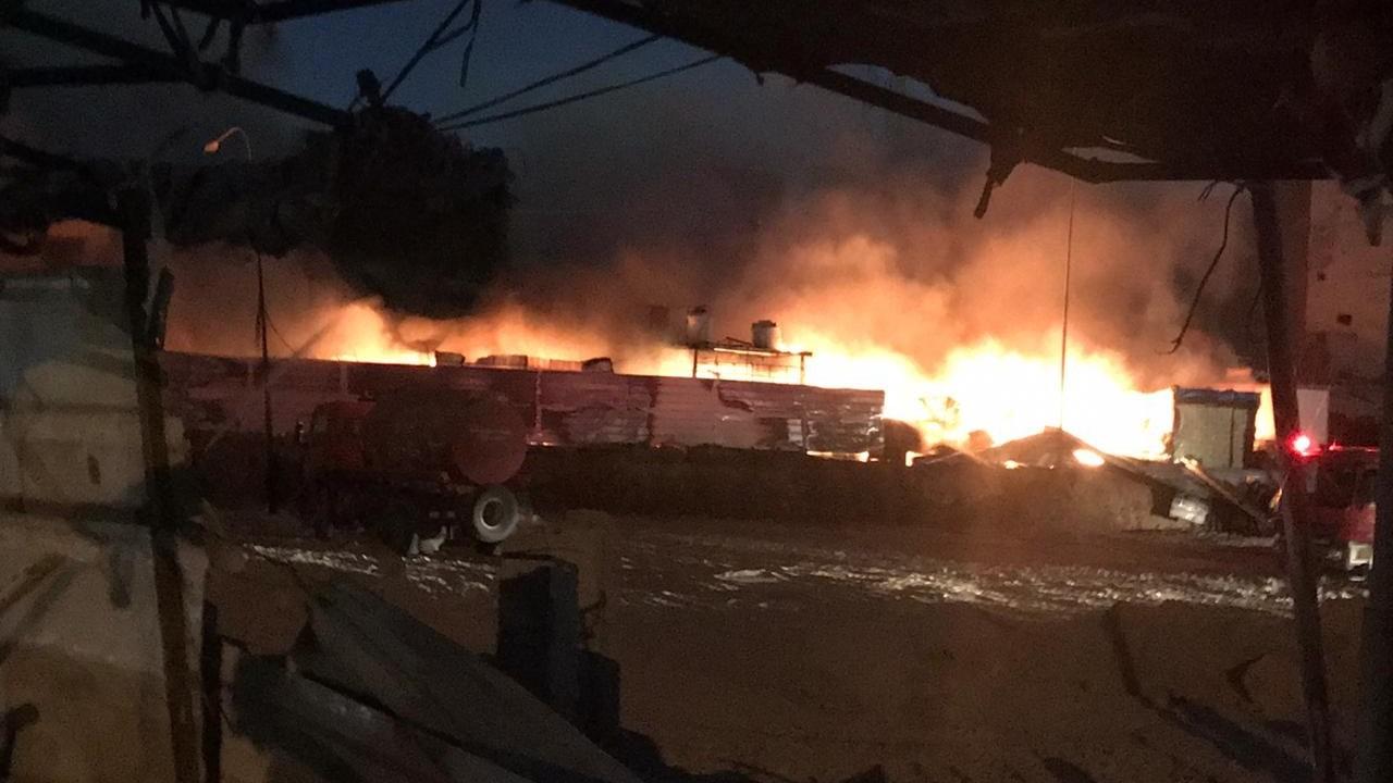 صور.. حريق هائل يلتهم سوقاً للباعة المتجولين وسط البصرة