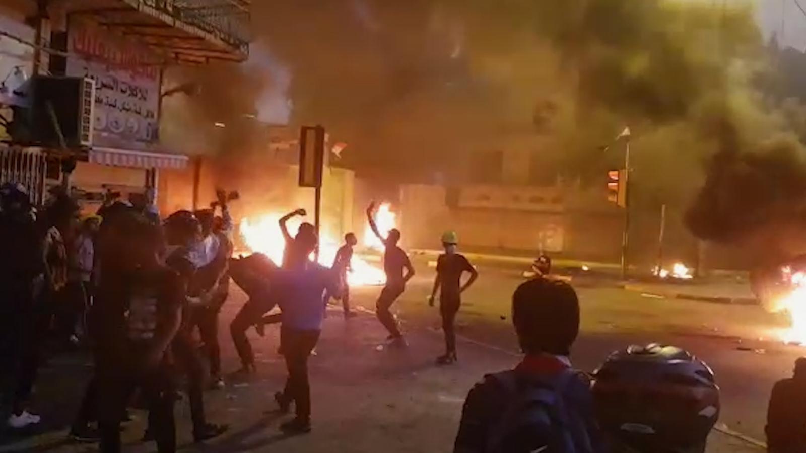 متظاهرو بغداد يوسعون احتجاج التحرير صوب جسرين وسط الرصاص والدخان