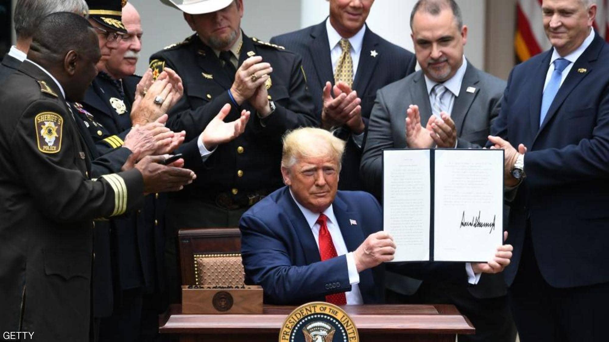 """ترامب يوقع قرار رفع دولة عربية من قائمة """"الإرهاب"""""""